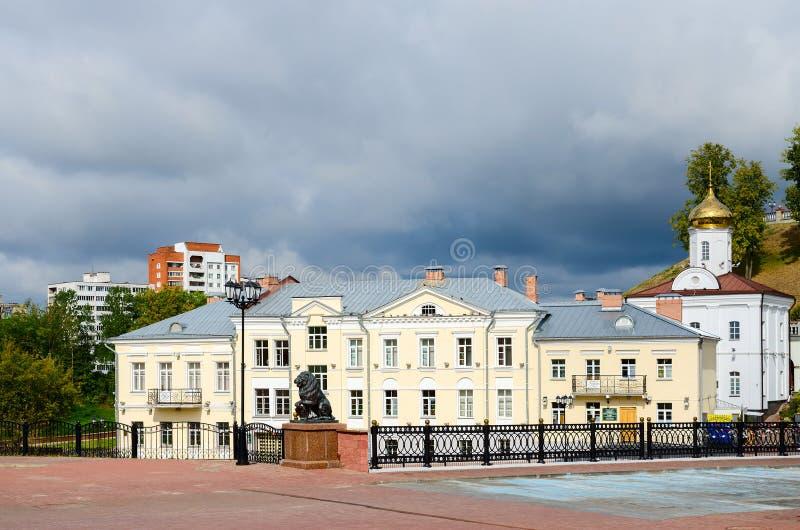 圣灵女修道院和Pushkinsky桥梁,维帖布斯克 免版税库存照片
