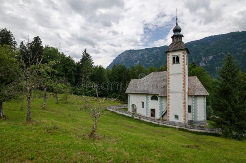 圣灵的教会在Bohinj湖, Bohinj,斯洛文尼亚,欧洲银行的  免版税库存照片