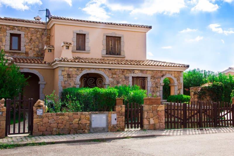 圣特奥多罗,意大利是一个典型的海边撒丁岛镇 租的别墅回家,逗人喜爱的意大利街道 图库摄影