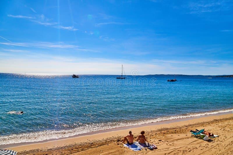 圣特罗佩,法国- 2018年9月22日:在尼斯有人的和看法附近的沙滩与海和天空蔚蓝与云彩 库存图片