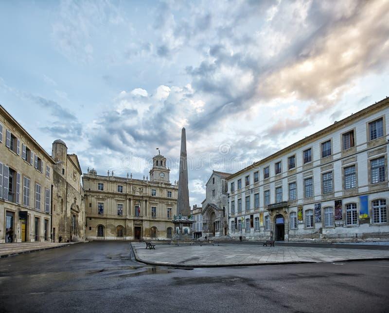 圣特罗菲姆方尖碑和教会在普拉切de la Republique的在阿尔勒,法国 免版税库存图片