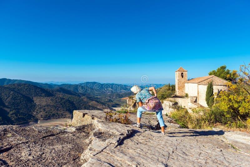 圣玛丽亚de休拉纳,塔拉贡纳,Catalunya,西班牙罗马式教会的看法  复制文本的空间 库存照片