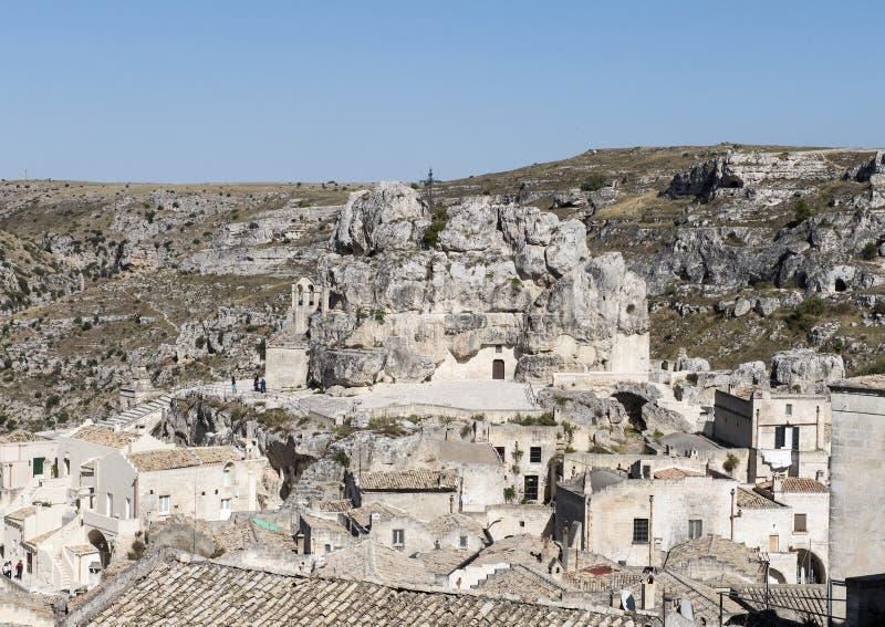 圣玛丽亚de在Monterrone岩石露出的Idris Church的遥远的看法在马泰拉,意大利 图库摄影
