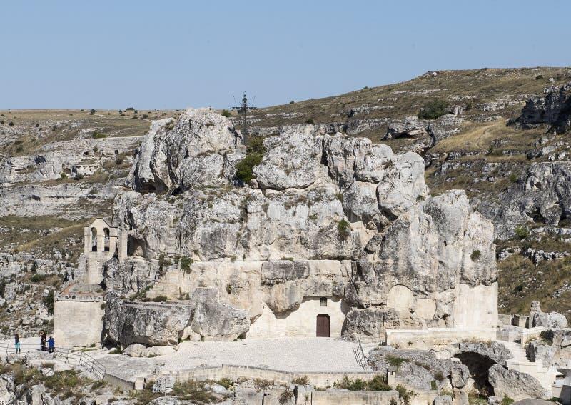 圣玛丽亚de在Monterrone岩石露出的Idris Church的遥远的看法在马泰拉,意大利 库存图片