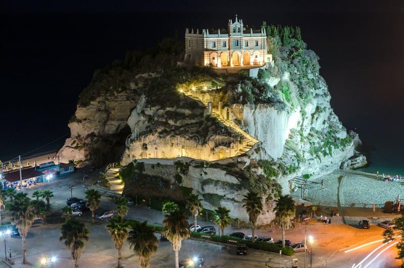 圣玛丽亚dell'Isola在晚上,特罗佩亚,意大利教会  库存照片