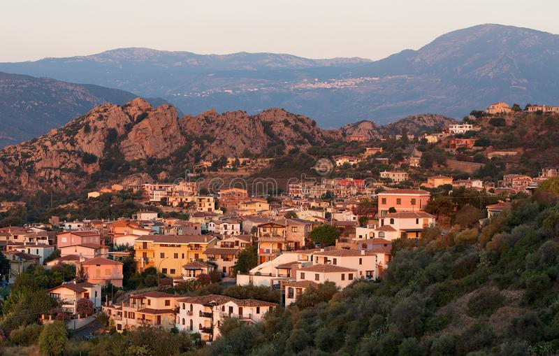 圣玛丽亚Navarrese村庄在温暖的日出光的,意大利,典型的撒丁岛海景,撒丁岛村庄,日出撒丁岛 库存照片