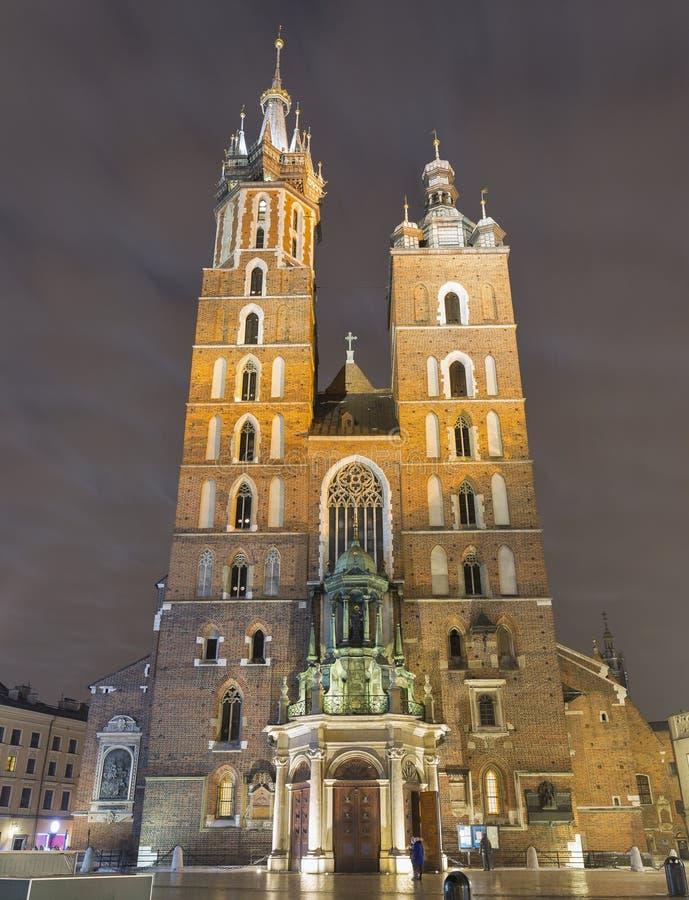 圣玛丽哥特式教会门面在晚上在克拉科夫,波兰 免版税图库摄影