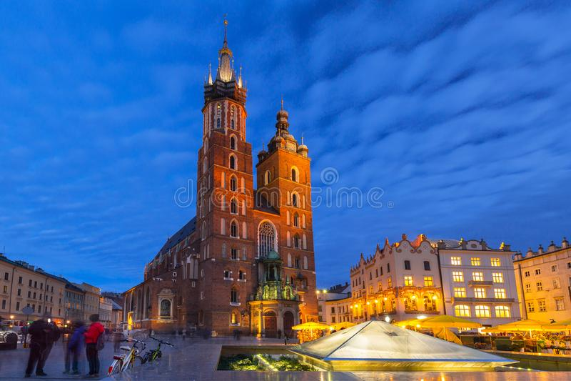 圣玛丽大教堂在克拉科夫在晚上 库存照片
