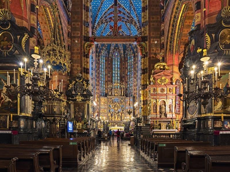 圣玛丽的大教堂内部在克拉科夫,波兰 库存图片