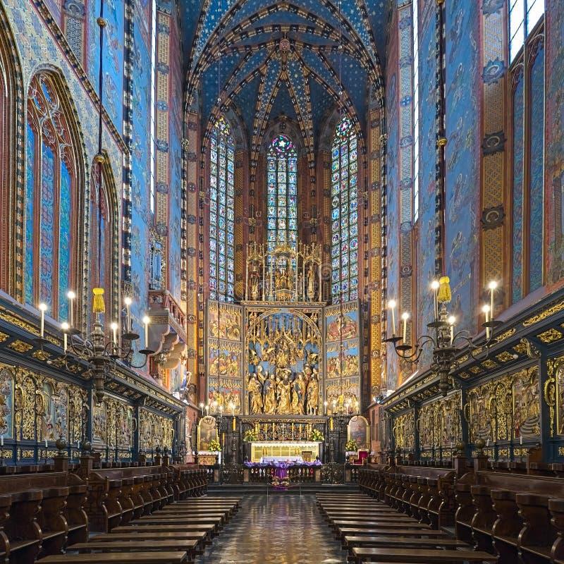 圣玛丽的大教堂圣坛和近星点与Veit Stoss组塑的在克拉科夫,波兰 免版税图库摄影
