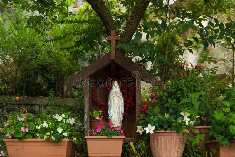 圣玛丽雕象在教会的庭院里 免版税图库摄影