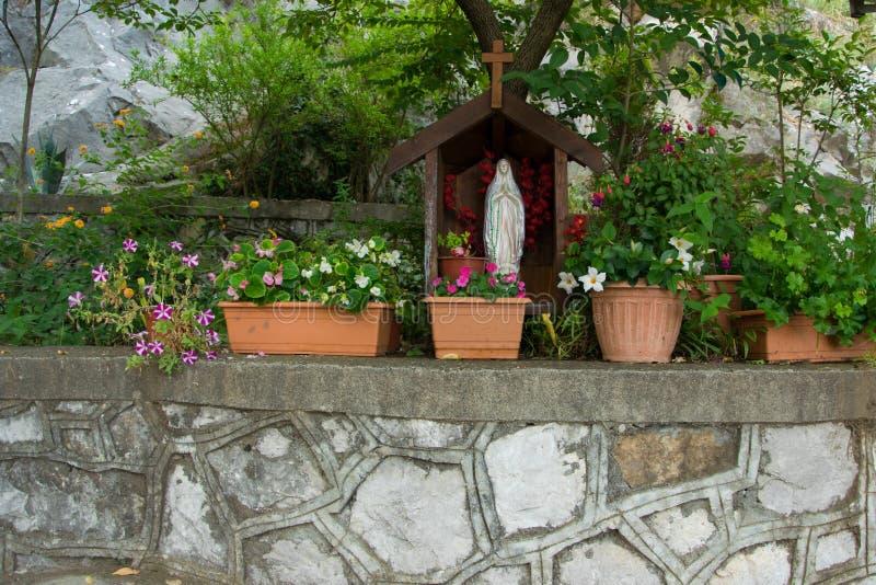圣玛丽雕象在教会的庭院里 免版税库存照片