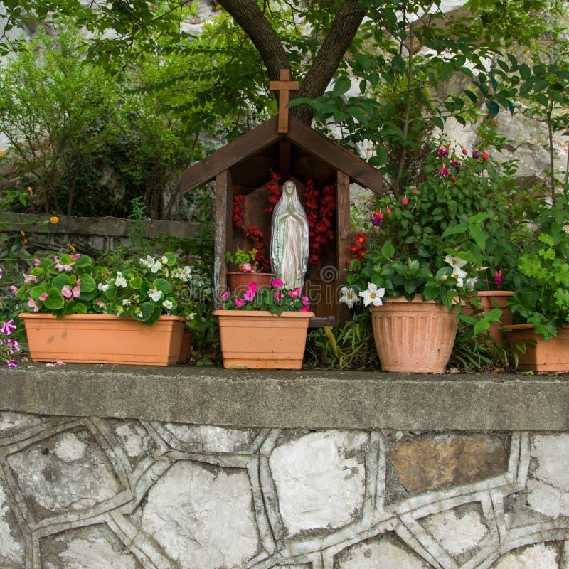圣玛丽雕象在教会的庭院里 库存图片