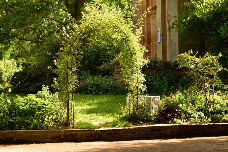 圣玛丽` s塔在庭院里 图库摄影