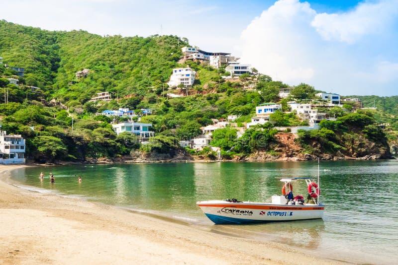 圣玛尔塔,哥伦比亚-双十国庆, 2017年:一条小船的美好的室外看法在水中在一个caribean海滩 Taganga 图库摄影