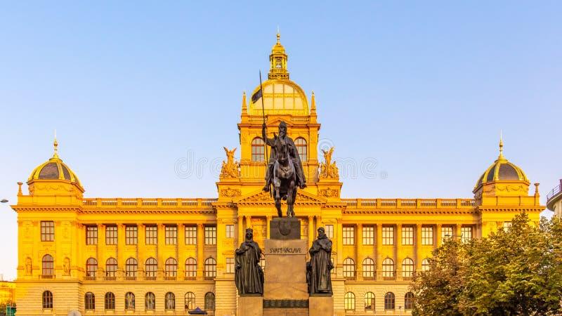 圣瓦茨拉夫古铜色骑马雕象在瓦茨拉夫广场的有国民历史Neorenaissance大厦的  免版税库存图片