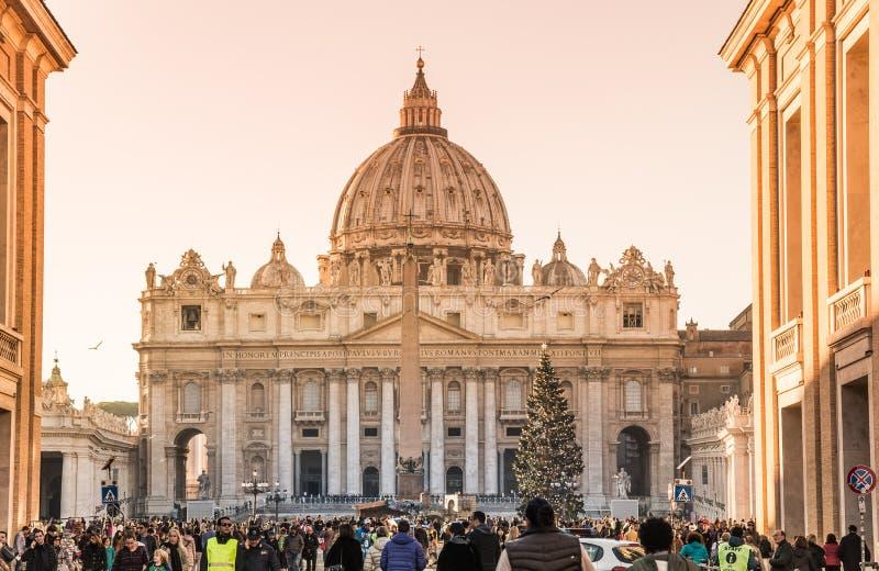圣皮特圣徒・彼得大教堂全景冬天日落的与圣诞树在梵蒂冈,罗马,意大利 免版税库存图片