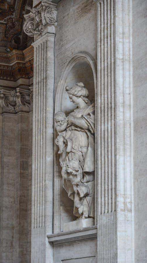 圣皮特圣徒・彼得大教堂的古老雕象 免版税库存照片