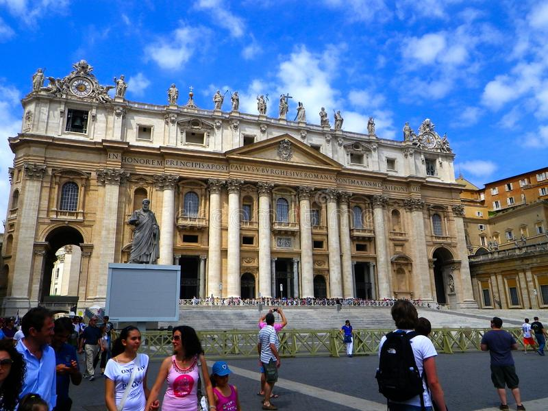 圣皮特圣徒・彼得` s大教堂有游人正面图-梵蒂冈,意大利 免版税库存图片