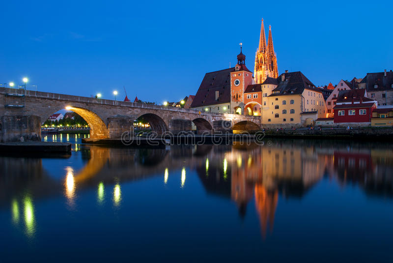 圣皮特圣徒・彼得的和石桥梁哥特式大教堂在雷根斯堡,德国 库存图片