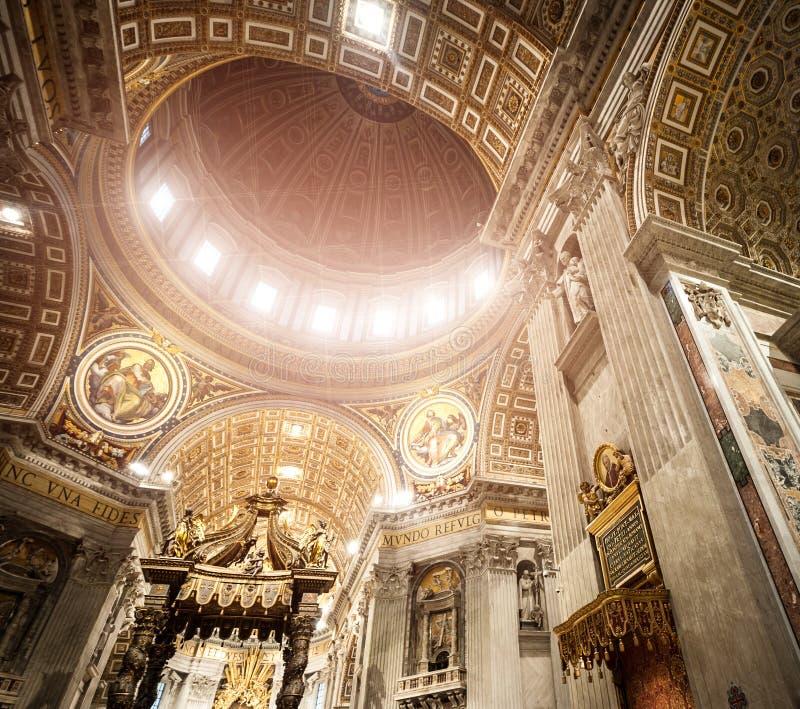 圣皮特圣徒・彼得的大教堂在里面梵蒂冈 免版税库存图片