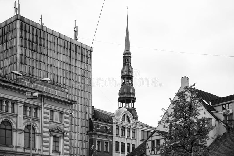 圣皮特圣徒・彼得的教会房子和塔在里加 免版税库存照片
