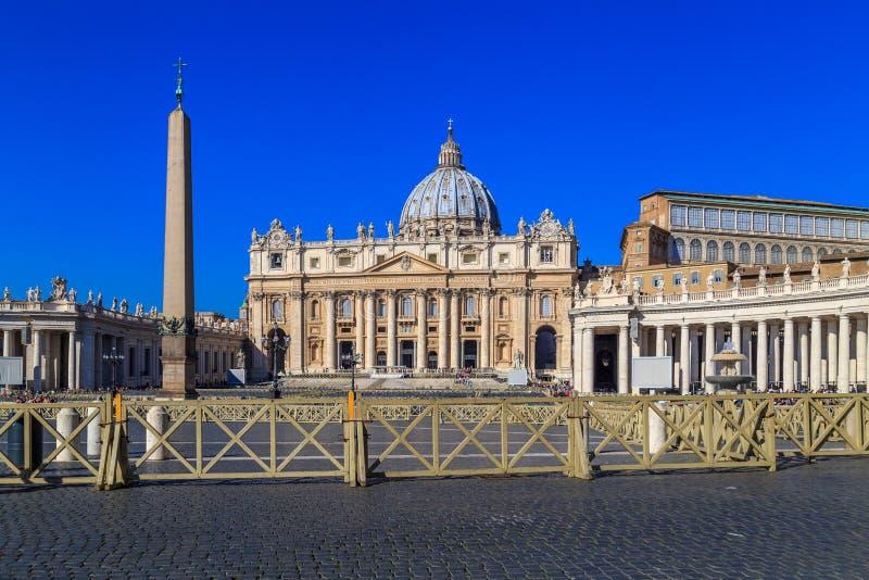 从圣皮特圣徒・彼得` s正方形的看法在门面的罗马 免版税图库摄影