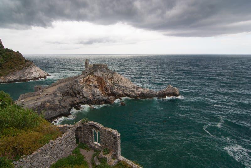 圣皮特圣徒・彼得Portovenere老gotic教会在海的 库存照片