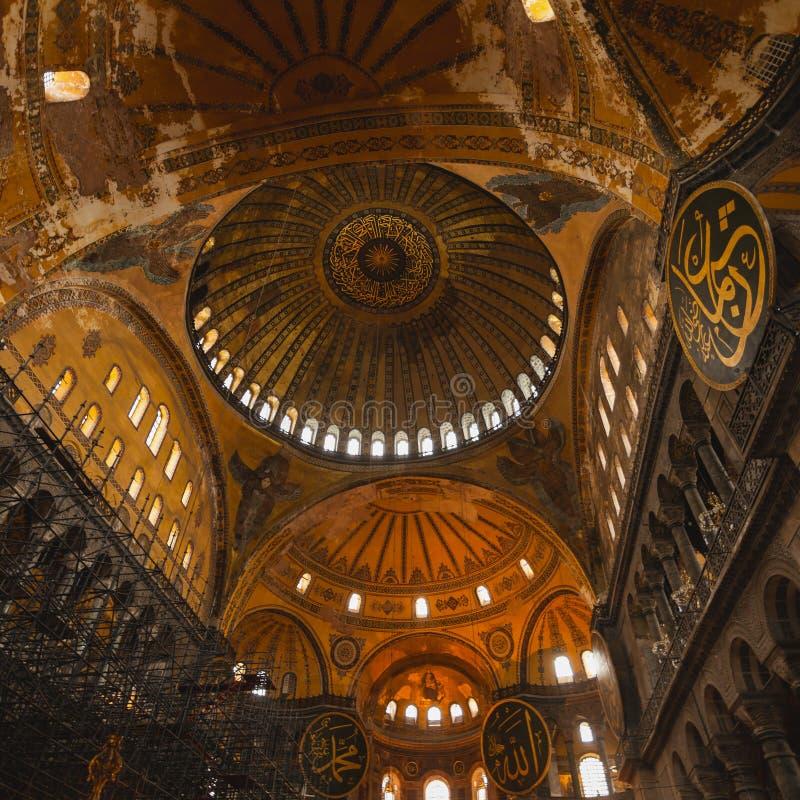 圣索非亚大教堂内部在伊斯坦布尔土耳其-建筑学背景 免版税库存图片