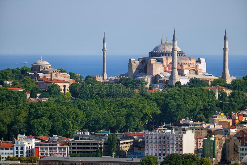圣索非亚大教堂和神圣和平教堂看法马尔马拉海,伊斯坦布尔的背景的 库存图片