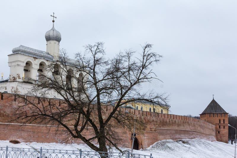 圣索非亚大教堂钟楼在Veliky诺夫哥罗德州了不起的11月 免版税库存照片