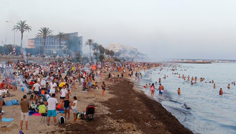圣约翰在海附近宽拥挤了庆祝在马略卡 免版税库存照片