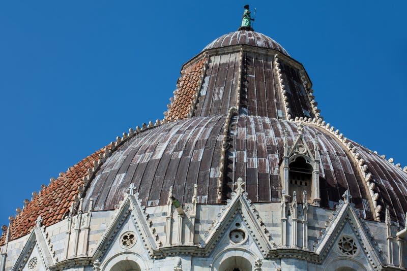 圣约翰比萨洗礼池的圆屋顶反对一美丽的天空蔚蓝的 免版税库存照片