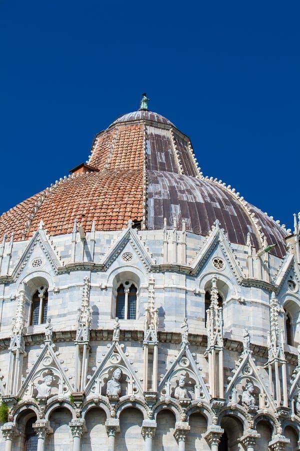 圣约翰比萨洗礼池的圆屋顶反对一美丽的天空蔚蓝的 库存图片