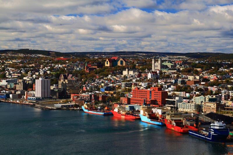 圣约翰的纽芬兰港口和镇。 免版税库存图片
