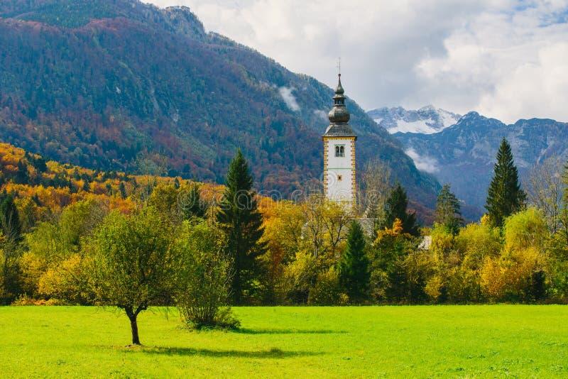 圣约翰著名教会五颜六色的秋季场面出色的意见Bohinj湖的浸礼会教友 库存图片