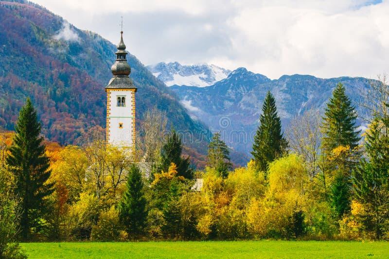 圣约翰著名教会五颜六色的秋季场面出色的意见Bohinj湖的浸礼会教友 免版税库存图片