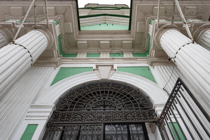 圣约翰透雕细工锻铁格子,白色专栏教会的门面的建筑细节,进入天空 图库摄影