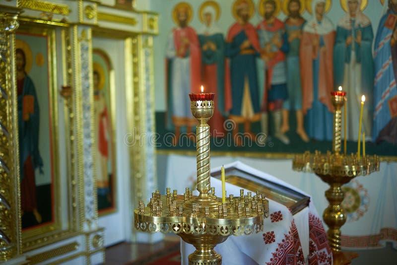 圣经、正统十字架和碗为洗礼仪式仪式做准备 免版税库存图片