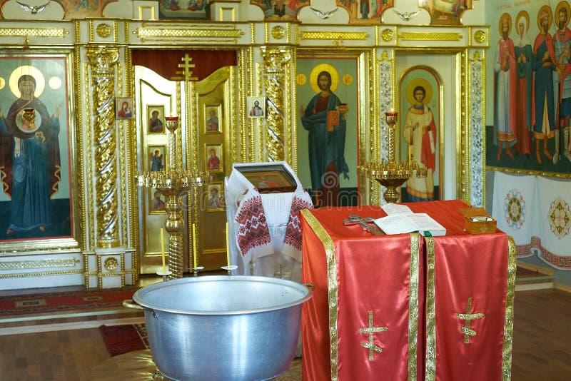圣经、正统十字架和碗为洗礼仪式仪式做准备 免版税库存照片