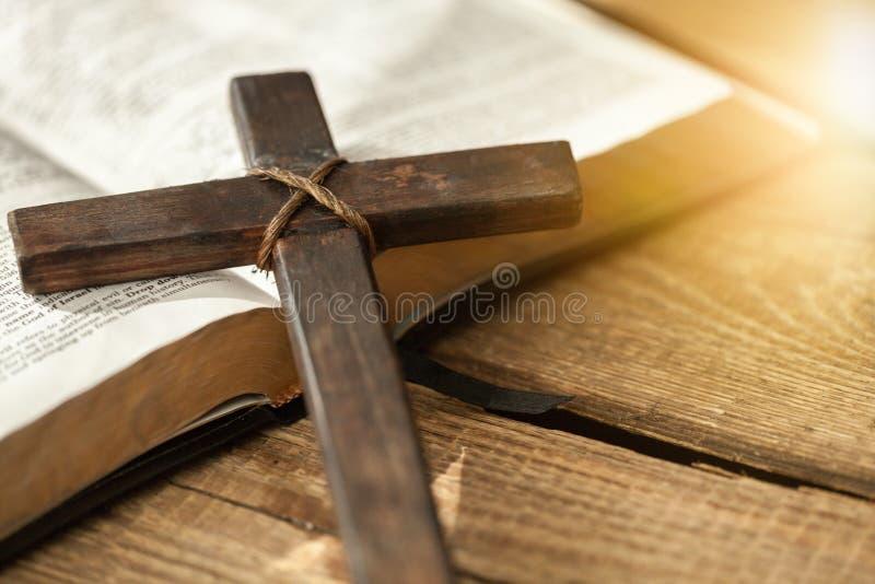 圣经书和十字架在木背景 库存图片