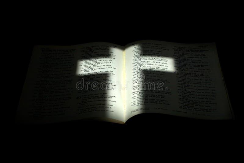 圣经交叉变暗的光 免版税库存照片