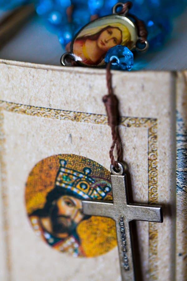 Download 圣经和交叉 库存图片. 图片 包括有 书目, 精神, 圣经, 塑造, 圣洁, 钉书匠, 葡萄酒, 基督徒 - 28892817