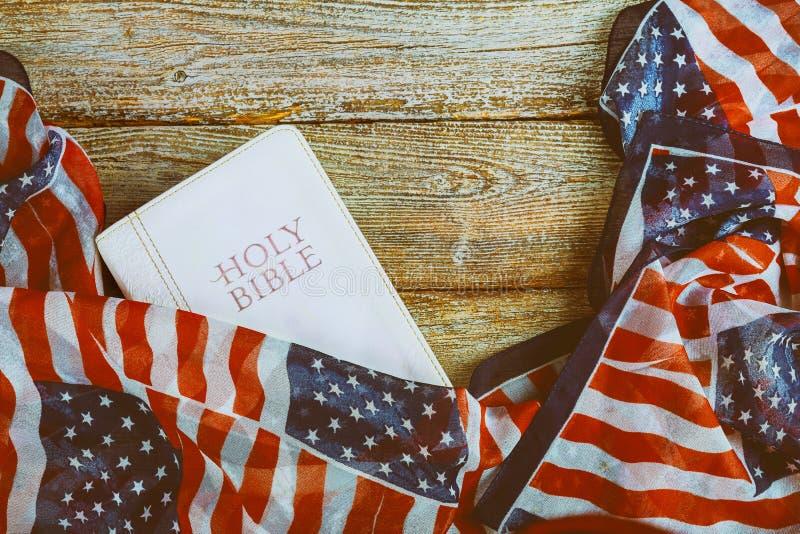 圣经和美国国旗 库存图片
