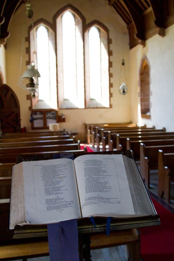 圣经在教会里被打开在赞美诗 免版税库存照片