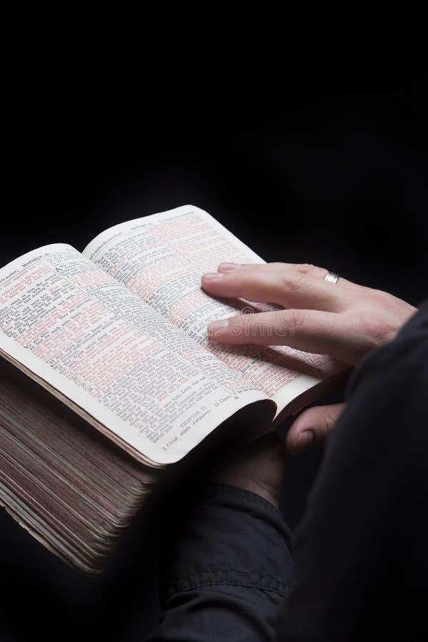 圣经在红色上写字 免版税库存图片