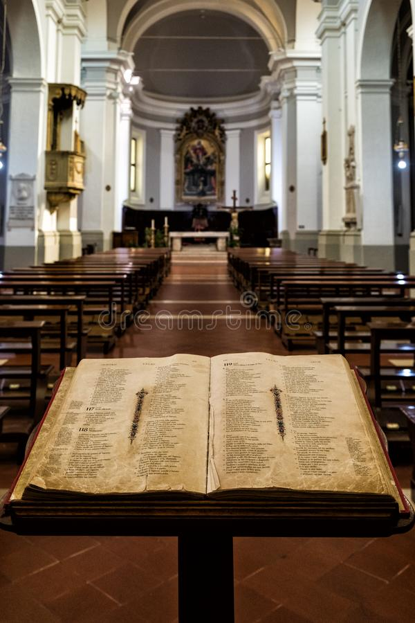 圣经开放在讲演台在一个天主教会的入口在乌尔比诺,意大利中部 免版税库存图片