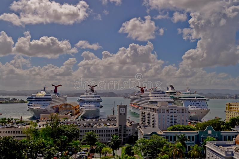 圣胡安,波多黎各- 2015年1月:靠码头在圣胡安港的游轮  免版税库存照片