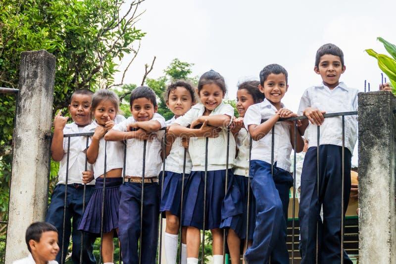 圣芭卜拉部门,洪都拉斯- 2016年4月19日:校服的孩子在一个小村庄在圣芭卜拉 免版税库存图片