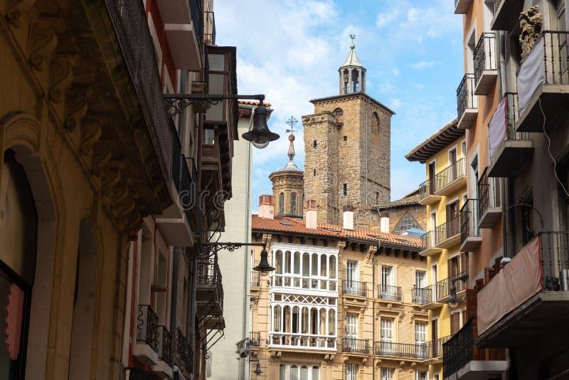 圣萨图尼诺教会从梅卡德雷斯街道,潘普洛纳,西班牙的 免版税库存照片